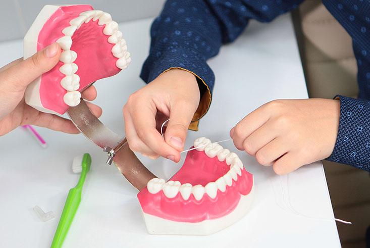 Baby met tandjes naar de tandarts / mondhygiënist